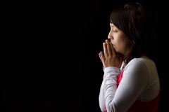 Donna ispanica che Meditating fotografie stock