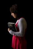 Donna ispanica che prega tenendo bibbia Fotografia Stock