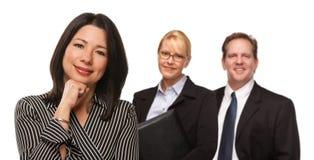 Donna ispanica davanti alle persone di affari su bianco Fotografia Stock