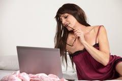 Donna ispanica del brunette di gli anni quaranta attraenti Fotografie Stock Libere da Diritti