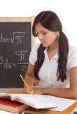 Donna ispanica dello studente di college che studia l'esame di per la matematica Fotografia Stock Libera da Diritti