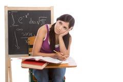 Donna ispanica dello studente di college che studia l'esame di per la matematica Immagini Stock