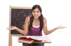 Donna ispanica dello studente di college che studia l'esame di per la matematica Fotografia Stock