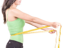 Donna ispanica di perdita di peso che sorride con la misurazione Immagine Stock