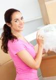 Donna ispanica felice che disimballa le caselle con i vetri Fotografia Stock Libera da Diritti