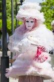 Donna italiana affascinante in vestito rosa veneziano dalla maschera del costume Fotografia Stock