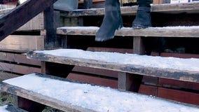 Donna in jeans ed in stivali che scendono le scale di legno, stock footage