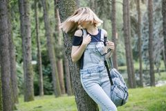 Donna in jeans nel parco Fotografie Stock Libere da Diritti