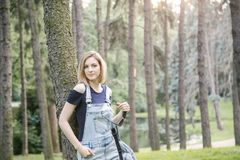 Donna in jeans nel parco Fotografia Stock