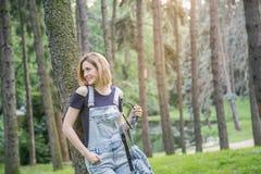 Donna in jeans nel parco Fotografia Stock Libera da Diritti