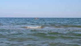 Donna in kajak sul mare blu archivi video