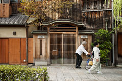 Donna in kimono sulla via di Kyoto Giappone Immagine Stock Libera da Diritti