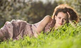 Donna in l'erba verde di primavera Immagine Stock Libera da Diritti