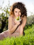 Donna in l'erba verde di primavera Fotografie Stock Libere da Diritti