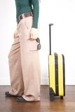 Donna laterale con gli occhiali da sole ed il carrello giallo Fotografia Stock Libera da Diritti