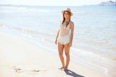 Donna latina abbastanza giovane alla spiaggia immagine stock
