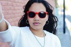 Donna latina che fa selfie immagine stock