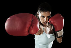 Donna latina di forma fisica con i guantoni da pugile rossi della ragazza che posano nell'atteggiamento ribelle e competitivo di  immagine stock libera da diritti