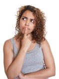 Donna latina di pensiero in una camicia grigia Fotografia Stock