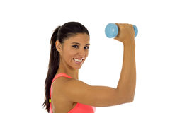 Donna latina felice attraente che tiene la testa di legno del peso che fa allenamento di forma fisica Fotografia Stock Libera da Diritti
