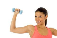 Donna latina felice attraente che tiene la testa di legno del peso che fa allenamento di forma fisica Fotografie Stock Libere da Diritti