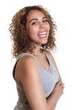 Donna latina felice in una camicia grigia Fotografia Stock
