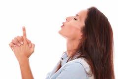 Donna latina sexy che indica su e che soffia Immagine Stock Libera da Diritti