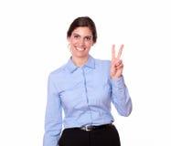 Donna latina splendida con il segno di vittoria Fotografie Stock Libere da Diritti