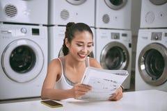 Donna in lavanderia automatica immagini stock libere da diritti