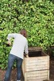 Donna lavorante dell'agricoltore nel recipiente del fertilizzante organico del giardino nel bio- giardinaggio d'agricoltura di pr Fotografia Stock Libera da Diritti