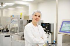 Donna lavoratrice alla linea di produzione automatizzata Fotografia Stock Libera da Diritti