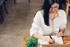 Donna lavoratrice e computer portatile indipendenti di stile di vita scrive la b immagini stock