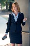 Donna lavoratrice in telefono cellulare della tenuta del vestito Fotografie Stock Libere da Diritti