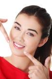 Donna le che mostra i denti bianchi diritti perfetti. Immagini Stock Libere da Diritti