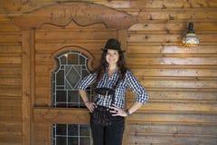 Donna in lederhosen e cappello Fotografie Stock Libere da Diritti
