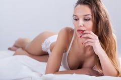 Donna a letto che aspetta partner Immagini Stock