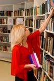 Donna in libreria Fotografia Stock Libera da Diritti