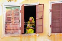 Donna locale che guarda dalla finestra a Jaipur, Ragiastan, Indi fotografia stock libera da diritti