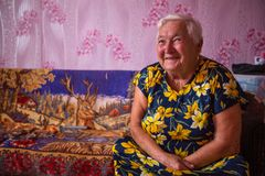 Donna locale di Vepsian in loro casa rurale immagini stock