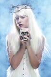Donna lunga angelica dei capelli con il cranio Immagini Stock