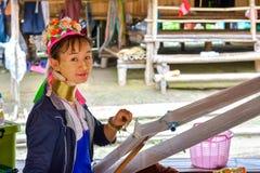 Donna lunga del collo in Tailandia Immagini Stock
