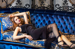 Donna lussuosa che si trova su uno strato d'annata Fotografia Stock Libera da Diritti