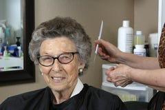 Donna maggiore al salone di capelli Fotografia Stock Libera da Diritti