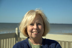 Donna maggiore alla spiaggia Fotografie Stock Libere da Diritti