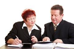Donna maggiore che ascolta finanziario Fotografia Stock