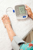 Donna maggiore che cattura pressione sanguigna Fotografia Stock Libera da Diritti