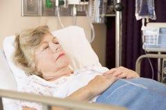 Donna maggiore che dorme nel letto di ospedale Immagine Stock Libera da Diritti