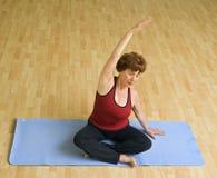 Donna maggiore che esercita yoga Immagini Stock Libere da Diritti