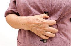 Donna maggiore che ha uno stomachache Fotografia Stock Libera da Diritti