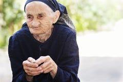 Donna maggiore che mangia ciliegia Immagine Stock Libera da Diritti